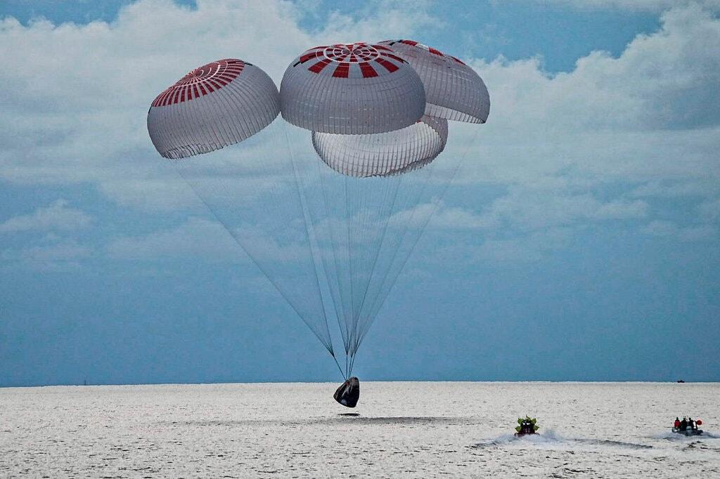 चार जना अन्तरिक्ष पर्यटक आफ्नो यात्रा सकेर पृथ्वी फर्किए